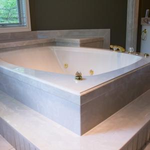 Coni-marble-raised-tub-area