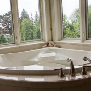 Coni-marble-tub-deck-skirt-splash
