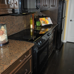 Quartzz-kitchen-countertop-with-full-height-splash
