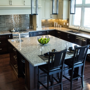Traditional-kitchen-with-quartz-countertops-2