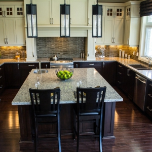 Traditional-kitchen-with-quartz-countertops