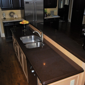 kitchen-island-with-raided-par-and-quartz-countertop